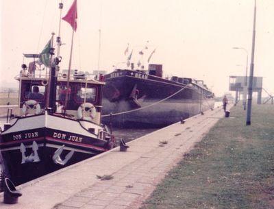 De Don Juan van J. van Duinen met de Bean in 1981 in een sluis op de Maas aan de reis van Heien naar Maasbracht.