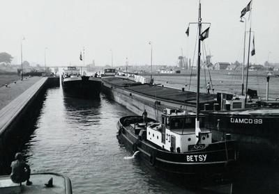 De Damco 99 met de sleepboot Betsy Wemeldinge.
