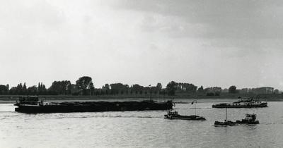 De Seam 13 met de motorsleepboot Ajax Lobith.