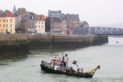 Elco aan het krabben in de haven van Dieppe.
