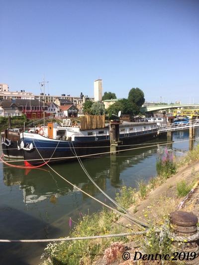 Mea Culpa liggende als woonschip in Rouen (Seine).