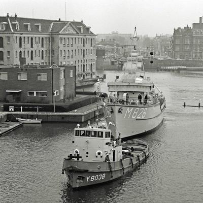 Y 8038 Dintel met Hr.Ms. M 826 Grijpskerk in Amsterdam.