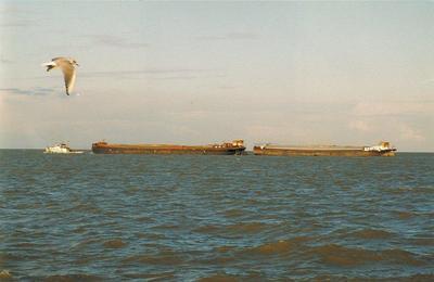 De Rika 2 achter de Hendrik op het IJsselmeer.
