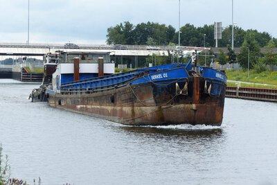 Berkel 01 voor de Sam op het Maxima kanaal bij Den Bosch op weg naar sloperij Treffers in Haarlem.