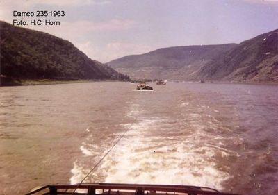 De Damco 235 met voorspan in het gebergte op weg naar Basel in 1963.