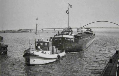 De Damco 45 voor de Oranjesluis.