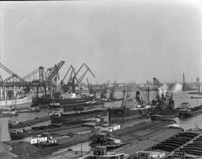 Harpen 81 & Damco 101 kop Pier 5 Waalhaven Rotterdam daarnaast lig de Waal doorvoor Damco 98 & Klockner 3 bij Frans Swartouw links onder de Harpen 81.