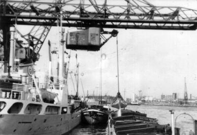 Damco 62 laat fosfaat bij Frans Swartouw in de Waalhaven Rotterdam.