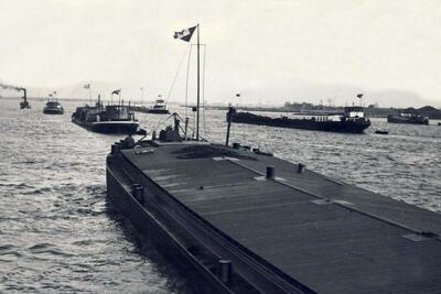 Damco 95 & Damco 3 & Damco 83 met sleepboot Eliana in Gorinchem.