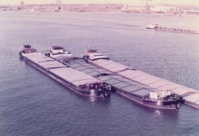 De Falcon in 1985 bij IJsselmonde samen met de Maria en de Anne-M.