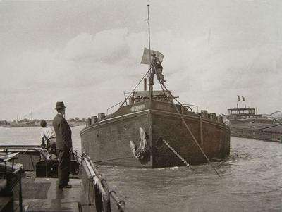 Cura op de Ruhrorter rede boven de Baerlse brug met de sleepboot Gonda.