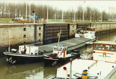 Salvator met de sleepboot Spes in de Volkeraksluis.