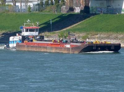 De Imperial 268 met de duwboot Herkules XI.