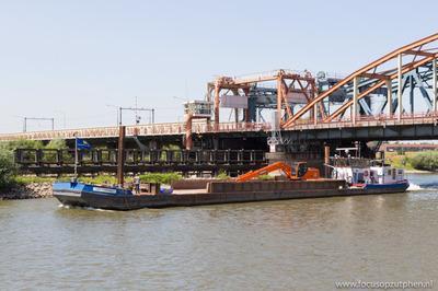 Arie Cornelis passeert de IJsselbrug bij Zutphen.