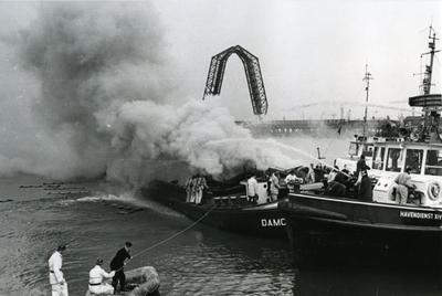 Brand op de Damco 82 liggend pier 8 Waalhaven bij Verbeek, geblust door de Havendienst XIV.