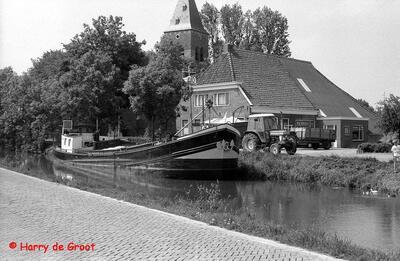 Alberdina lost een vracht kunstmest bij fouragehandel Sebens in Zuidwolde op het Boterdiep.