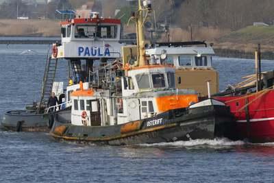 Osterriff met de duwboot Paula in Streefkerk.