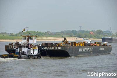 Lastdrager 25 met de duwboot Geertruida van der Wees in Druten.